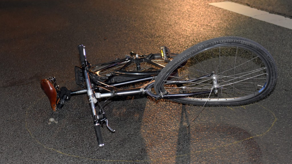 unfall in tiergarten radfahrer von sattelzug erfasst spreepicture. Black Bedroom Furniture Sets. Home Design Ideas